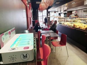 Recharger un smartphone en achetant le pain